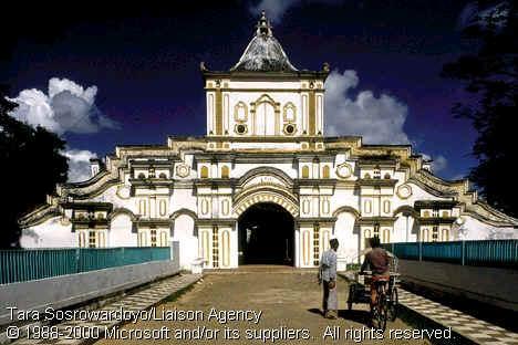 La porte principale de la grande mosquée de Sumenep, devenue symbole de la ville (Tara Sosrowardoyo/Liaison Agency/Microsoft).