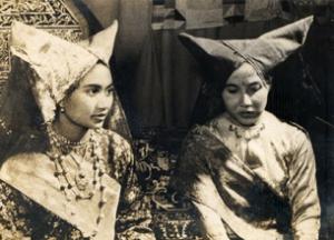 dua_wanita_minang_pakaian_adat